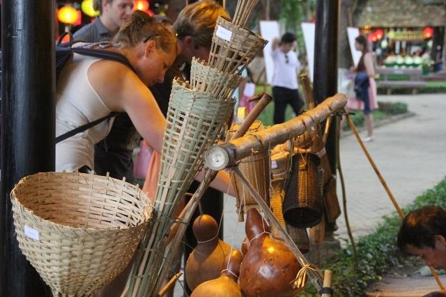 Du khách nước ngoài chăm chú chiêm ngưỡng quy trình sản xuất thủ công Việt
