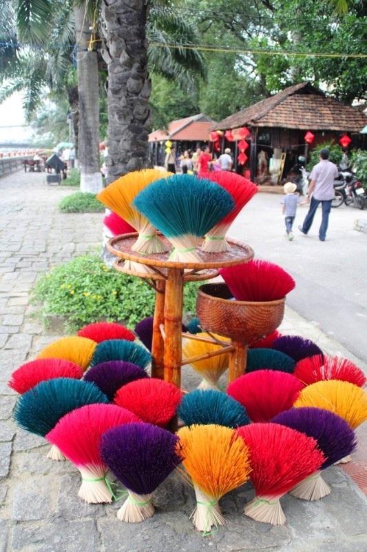 Thân nhang Huế nhuộm đầy màu sắc được phơi khô trước khi gia công