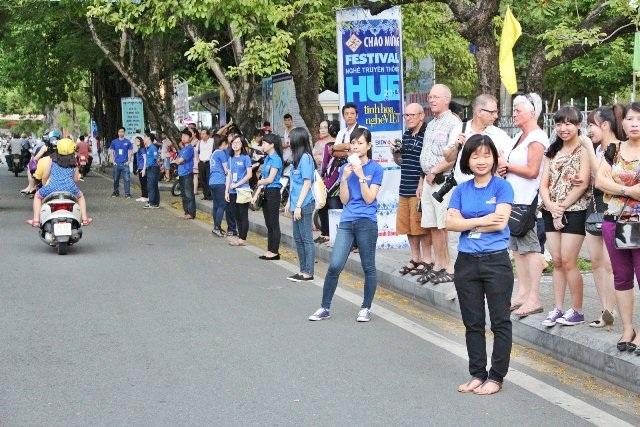 Giữ trật tự trên đường phố tại Lễ rước bách tổ nghệ