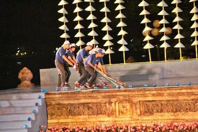 Lau chùi sân khấu sau trận mưa để đảm bảo an toàn cho nghệ sĩ trình diễn