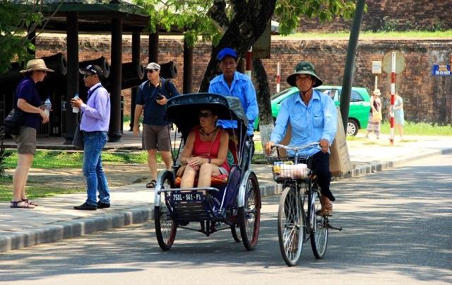 Nhiều bóng mát cho du khách, người dân dễ chịu khi đi trên đường phố Huế