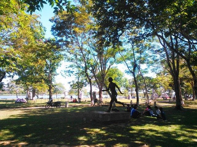 Công viên 3 tháng 2 sát sông Hương nơi HS, SV hay tới ngồi học bài
