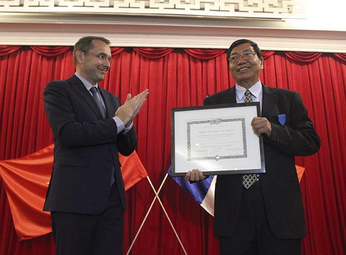 Ông Nguyễn Văn Mễ (bên phải) nhận bằng chứng nhận.