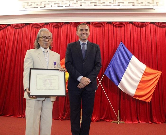 Nhà nghiên cứu Huế - Bửu Ý nhận huy chương Cành Cọ Hàn Lâm