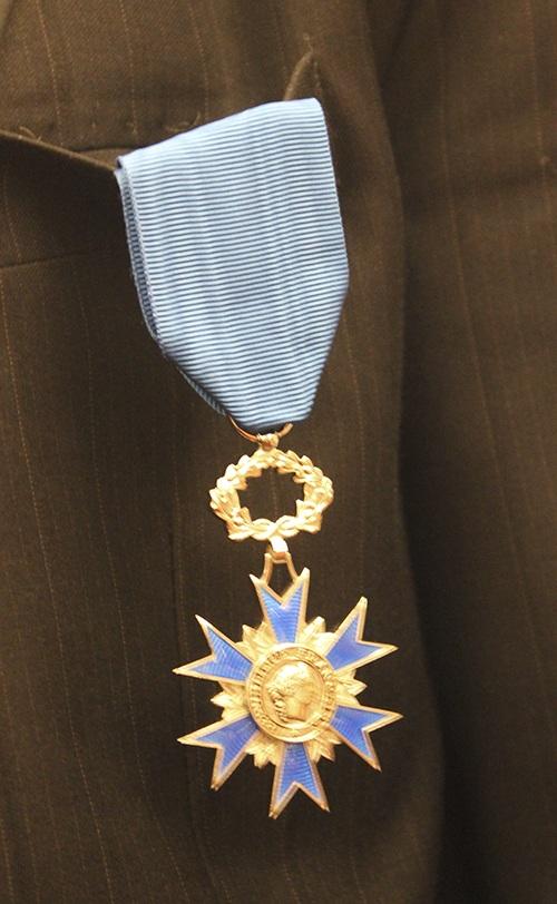 Huy chương Quốc Công cao quý từ Đại sứ Pháp trao tặng.