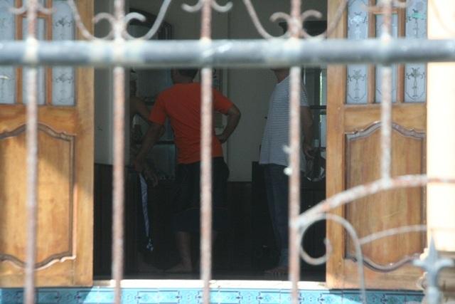 Bên trong ngôi nhà, các điều tra viên đang tiến hành làm việc.