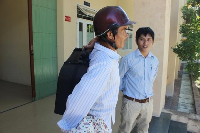 Bác Tọ (đội mũ bảo hiểm) đưa con gái đi thi vừa kịp giờ vào làm thủ tục dự thi