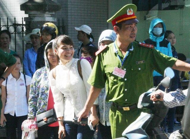 Nụ cười tươi rói của 1 nữ sĩ tử khi được Đại úy Hùng dẫn qua đường