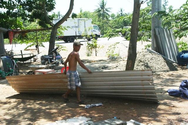Các hộ dân thu nhặt tôn nhà mình đem về lợp lại