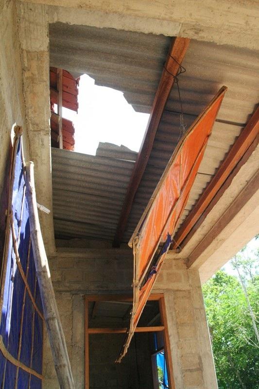Nhiều phần mái nhà bà Tuyết bị hư hại