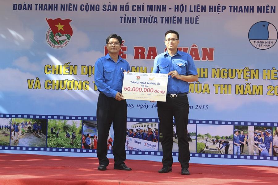 Hoạt động thiết thực trao tặng 50 triệu đồng xây nhà tình nghĩa cho hộ dân