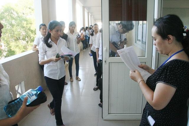 Cán bộ gọi thí sinh vào phòng thi - điểm thi ĐH Khoa học Huế (thuộc cụm thi 26 do