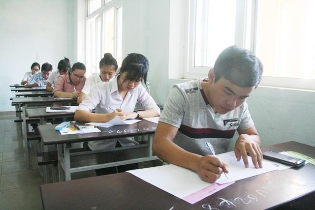 Thí sinh hoàn thiện các thông tin trên giấy thi để chuẩn bị làm bài. (Ảnh: Đại Dương)