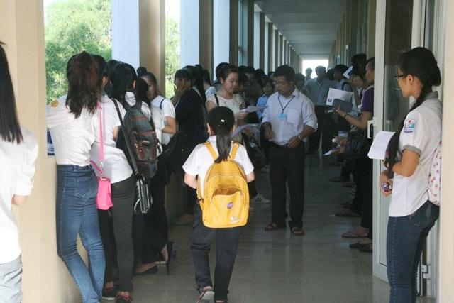 Hình bóng nữ sĩ tử nhỏ con trong kỳ thi THPT quốc gia tại Huế. Chúc em sẽ thành công!