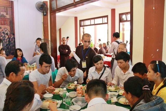 1.400 suất cơm được hỗ trợ tại Trung tâm Văn hóa Phật giáo Liễu quán Huế