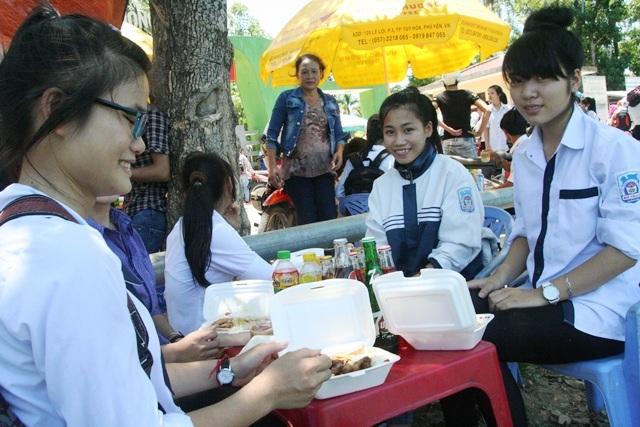Nhóm học sinh ở Quảng Trị vui vẻ với các suất ăn miễn phí