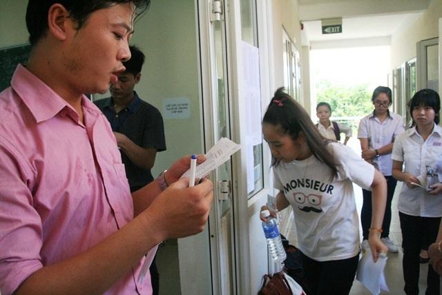 Thí sinh Trang và Thảo vào phòng thi
