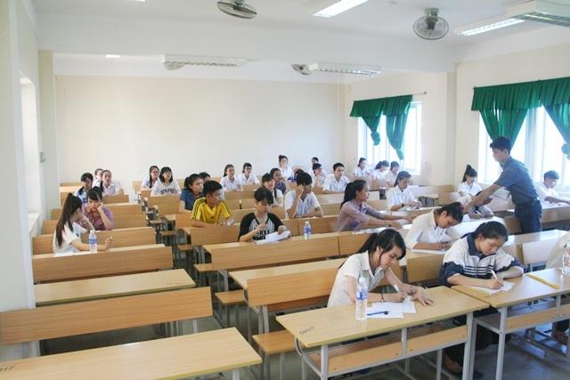 Các thí sinh tiếng Trung cùng tiếng Đức được xếp ở dãy bên trái ngoài cùng