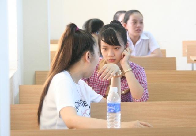 vì không có ai nên Thảo và Trang ngồi nói chuyện thân mật trước giờ thi