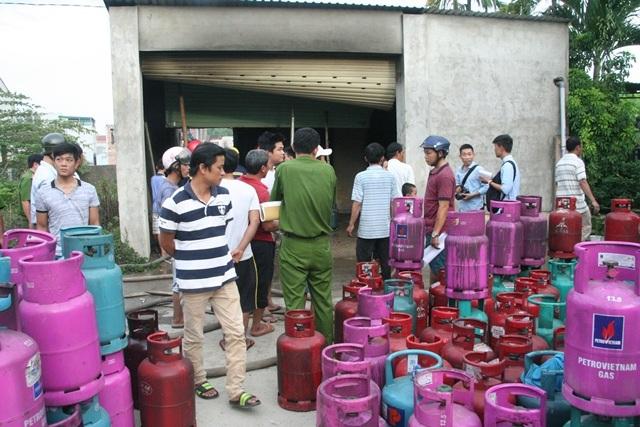 Hơn 400 bình gas được đưa ra ngoài sau vụ cháy nổ.