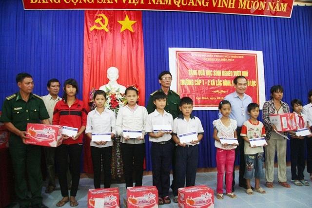 20 HS nghèo vùng ven biển xã Lộc Bình nhận quà vượt khó