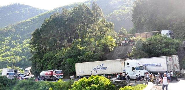 Cả đèo bị tắc vì vụ tai nạn giữa 2 chiếc container lớn