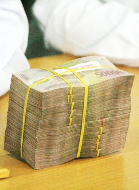 Số tiền 50 triệu đồng không hề được bọc gói, nằm nửa ngày trên xe taxi mà không ai hay biết.