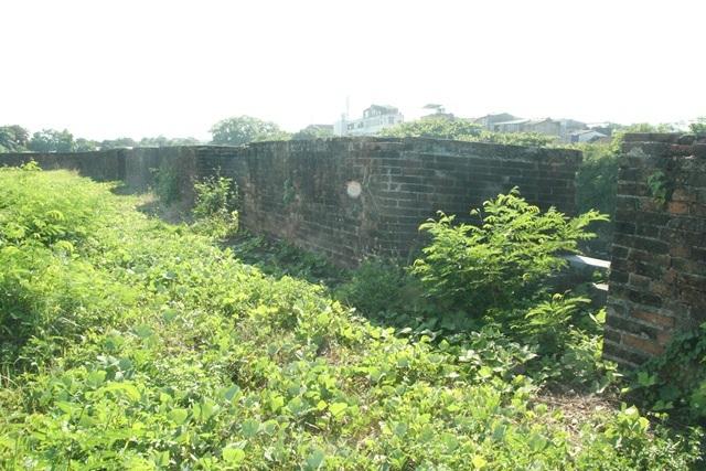 Các vị trí bắn được bố trí liên tục trên dãy tường