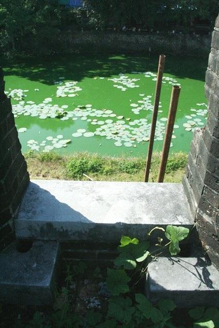 Phía trước pháo đài có hào nước sâu