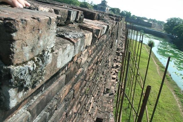 Mặt tường ngoài của pháo đài đã hư hại nhiều