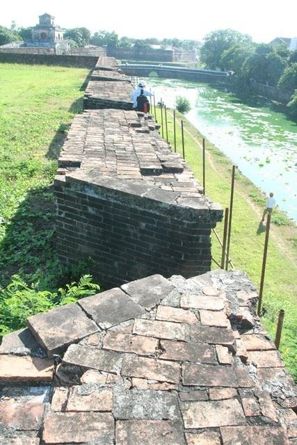 Mặt trên của lớp tường pháo đài nhìn ra ngoài