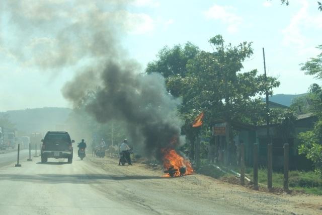 Chiếc xe bốc cháy dữ dội giữa tiết trời nắng nóng