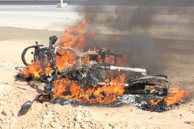 Chiếc xe cháy trơ khung sắt.