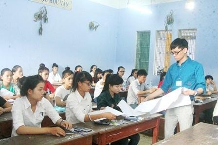 Thí sinh làm thủ tục đăng ký dự thi vào Đại học Huế.