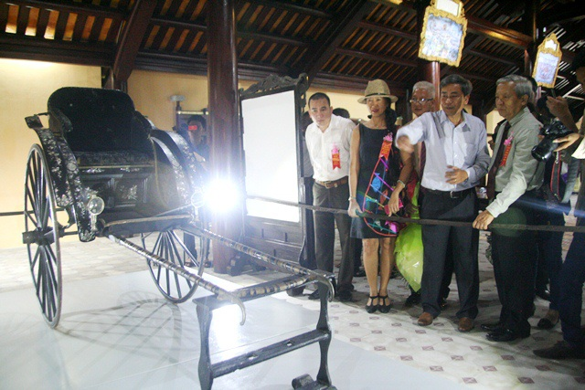 Chiếc xe kéo vua Thành Tháitặng mẹ được trưng bày đã thu hút nhiều du khách tham quan khi tới Huế