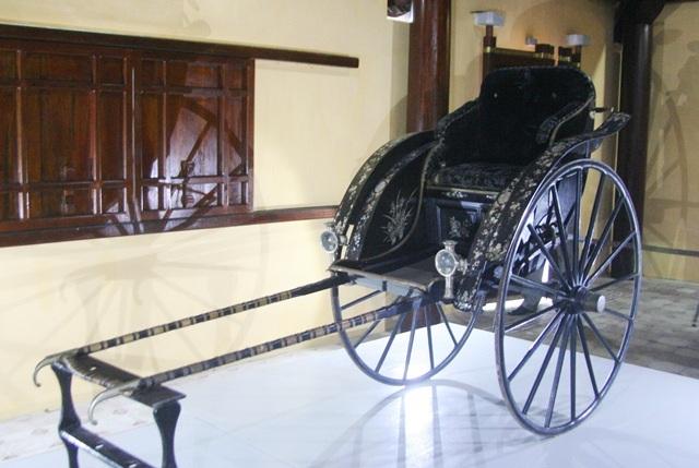 Chiếc xe kéo sau khi đấu giá thành công đang đặt tại Cung Diên Thọ, Đại Nội Huế