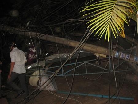 Trụ điện bị gãy khiến dây điện nằm ngổn ngang bên đường
