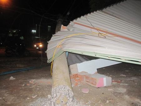 Trụ điện bị gãy làm đổ sập quán cà phê