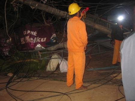 Cán bộ điện lực có mặt tại hiện trường sửa chữa và tránh việc người dân bị điện giật