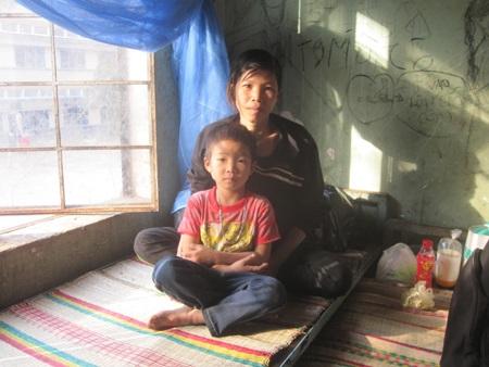 Mẹ con chị Oanh tại khu nhà dành cho thân nhân người bệnh dân tộc thiểu số ở bệnh viện tỉnh Gia Lai