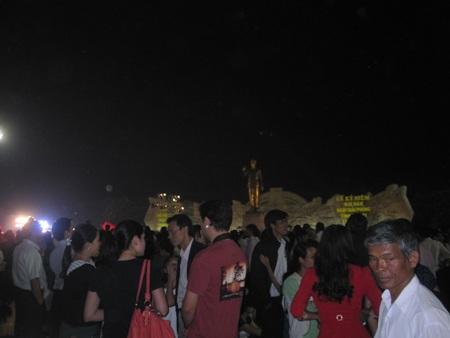 Hàng nghìn người dân hội tụ tại Quảng trường Đại Đoàn Kết tham dự buổi lễ