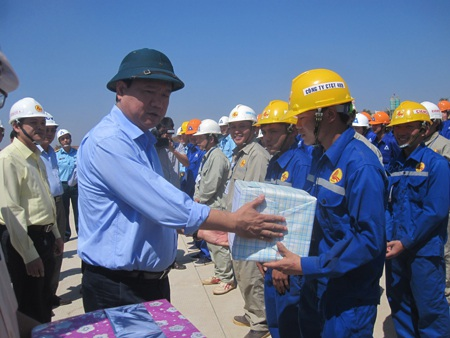 Bộ trưởng tặng quà cho các công nhân thi công tại công trường