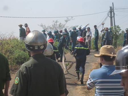 Lực lượng chức năng đang cố gắng dập lửa cứu rừng