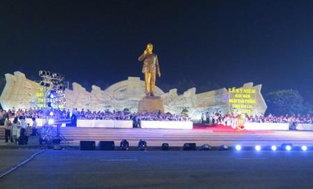 Lễ kỷ niệm diễn ra tại Quảng trường Đại Đoàn Kết, bên tượng đài Bác Hồ
