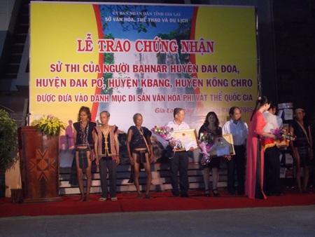 Các nghệ nhân nhận quà của UBND tỉnh Gia Lai trong buổi lễ