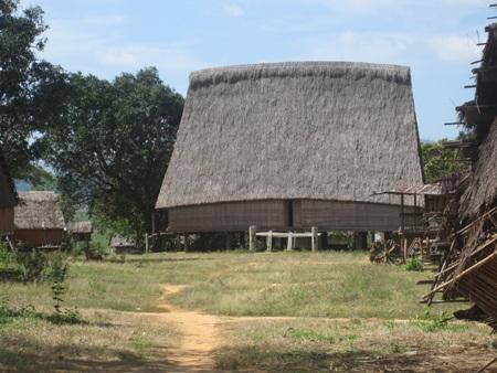 Nhà rông của làng Kon Sơ Lăl cũ...