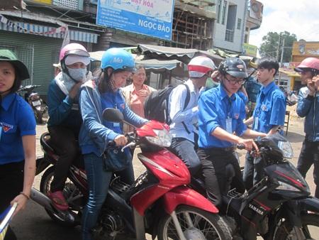 Đội xe ôm tình nguyện giúp đỡ các thí sinh và người nhà có hoàn cảnh khó khăn