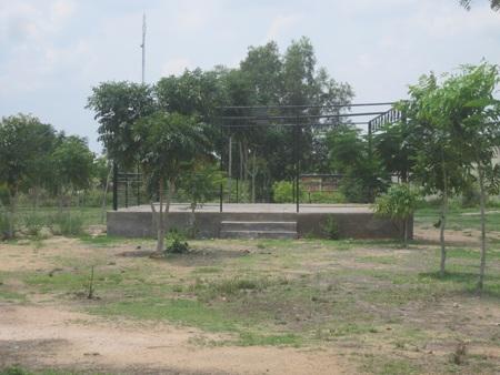 Học sinh buộc phải nộp hơn 15 triệu đồng để xây hòn non bộ này cho nhà trường