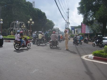 Ngay từ sáng sớm CSGT đã có mặt ở tất cả các ngả đường. (Ảnh: Thiên Thư)