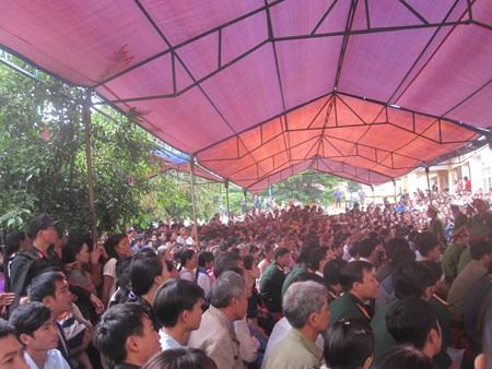 Hàng nghìn người tham dự phiên tòa xét xử Tiến